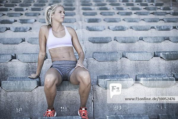 Porträt einer Sportlerin auf der Tribüne eines Stadions