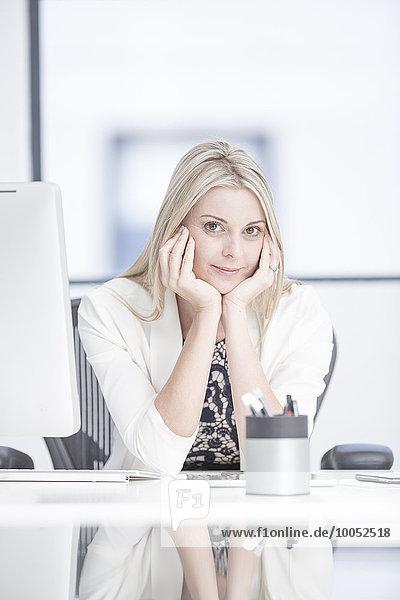 Portrait der Geschäftsfrau im Büro am Schreibtisch