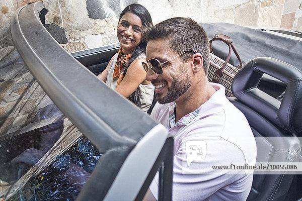 Mittleres erwachsenes Paar im Cabriolet