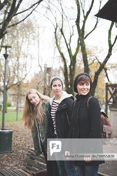 Drei Schwestern posieren im Park