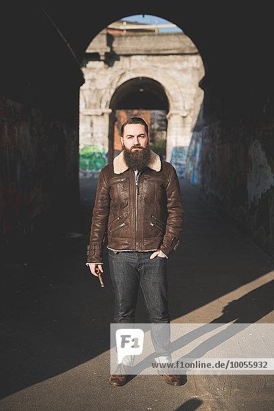 Junger Bart Mann von Bogen