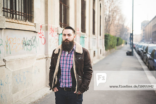 Junger Bart Mann auf Bürgersteig