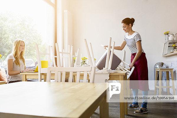 Junge Frauen bereiten sich auf die Arbeit im Cafe vor