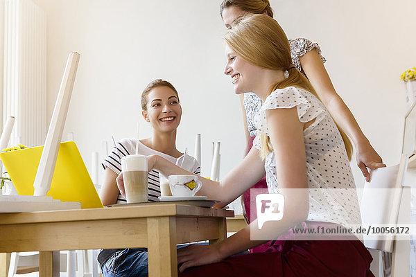 Drei Frauen mit Laptop im Cafe