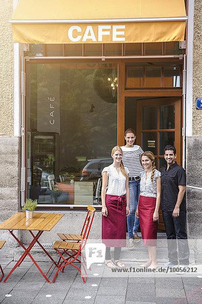 Kellner und Kellnerinnen vor dem Café  Portrait