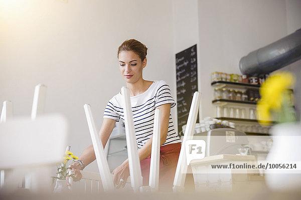 Junge Kellnerin bei der Arbeit im Cafe