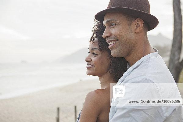 Lächelndes Paar mit Blick auf den Strand  Rio De Janeiro  Brasilien