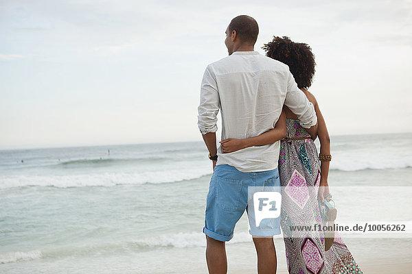 Paar mit Blick auf das Meer vom Strand aus  Rio De Janeiro  Brasilien