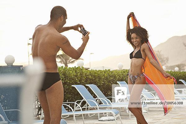 Junge Frau  fotografiert von ihrem Freund am Hotel Pool  Rio De Janeiro  Brasilien