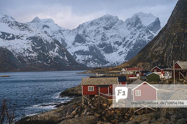 Reine Fischerdorf mit schneebedeckten Bergen  Norwegen