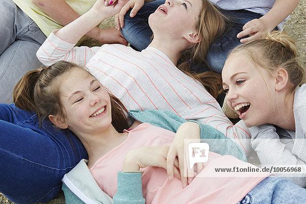 Ausschnitt von fünf auf dem Boden liegenden Jungen und Mädchen