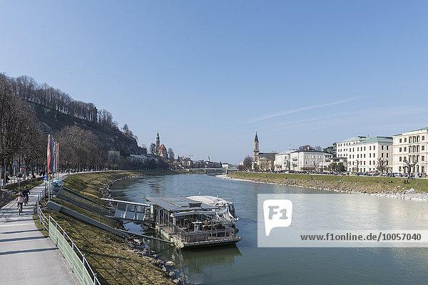 Blick auf die Salzach und das Wasser  Salzburg  Österreich