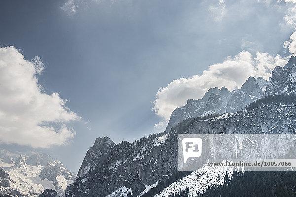 Erhöhte Aussicht auf schneebedeckte Berge  Gosausee  Österreich