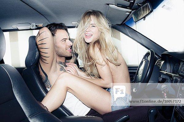 junge Frau junge Frauen Mann Auto Kleidung breitbeinig jung Stück