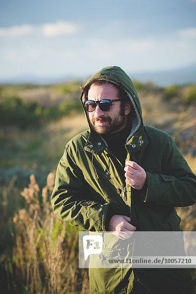 Mittlerer Erwachsener Mann  der Anorak an der Küste befestigt  Sorso  Sassari  Sardinien  Italien