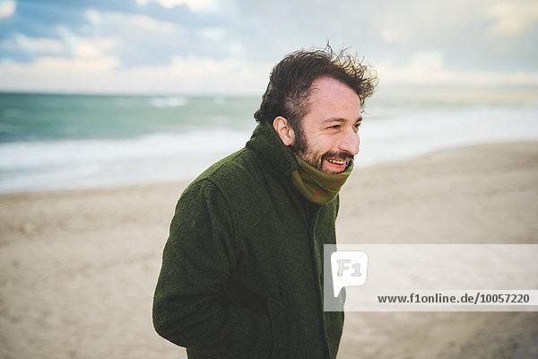 Porträt eines mittleren Erwachsenen am windigen Strand  Sorso  Sassari  Sardinien  Italien