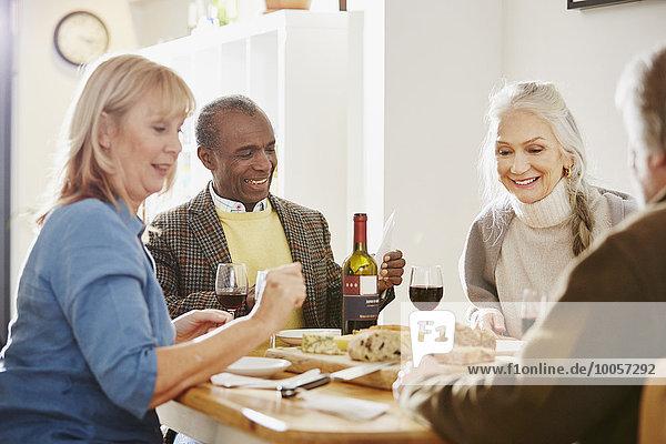 Seniorenfreunde am Esstisch sitzend