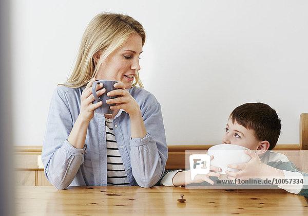Mutter und Sohn beim Frühstück