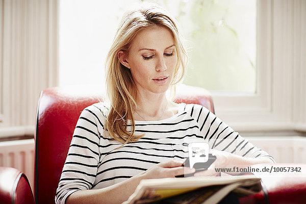 Mittlere erwachsene Frau mit Smartphone