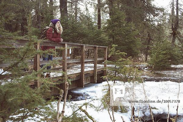 Junge Frau auf Fußgängerbrücke  Girdwood  Anchorage  Alaska