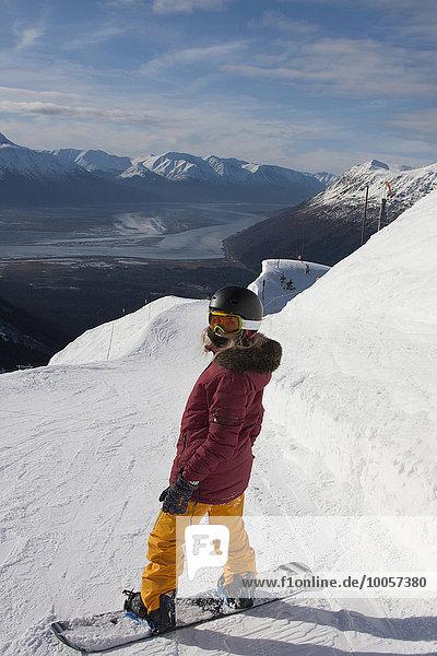 Junge Frau beim Snowboarden  Girdwood  Anchorage  Alaska