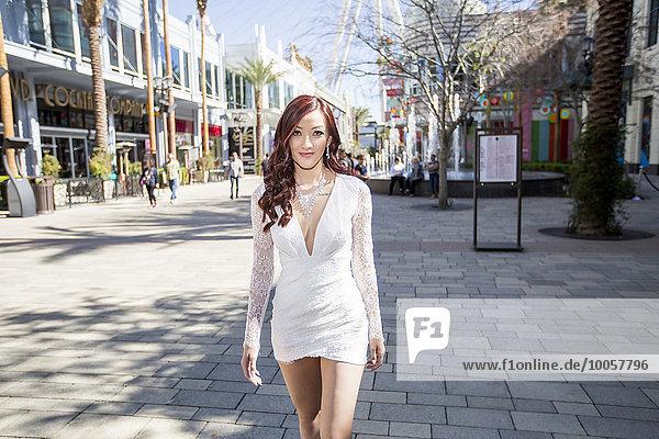 Modische junge Frau auf der Straße  Las Vegas  Nevada  USA