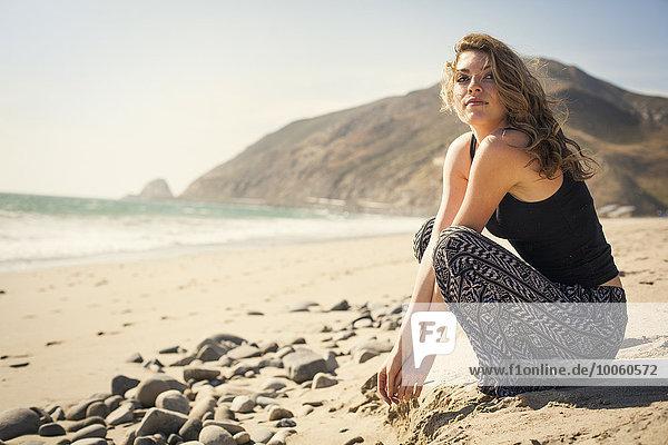 Frau entspannt am Strand  Malibu  Kalifornien  USA