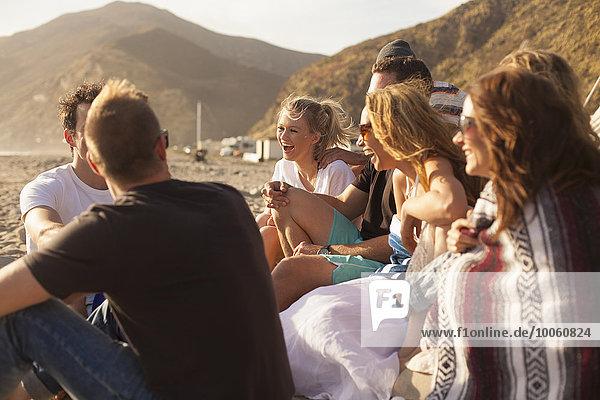 Gruppe von Freunden Camping am Strand  Malibu  Kalifornien  USA