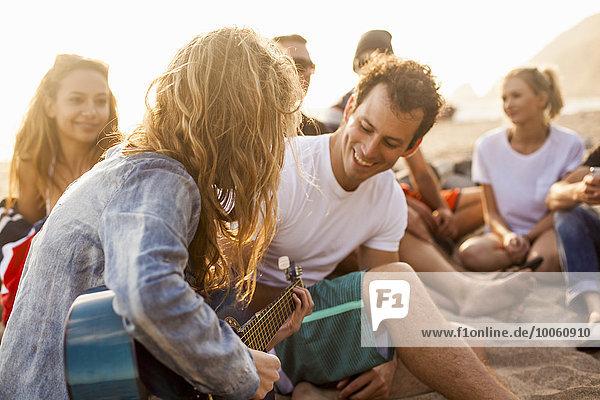 Gruppe von Freunden Camping am Strand
