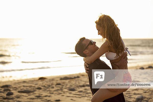 Paar mit Spaß am Strand  Malibu  Kalifornien  USA
