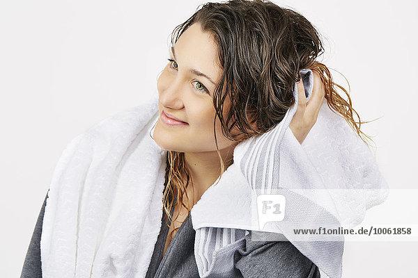 Junge Frau Handtuch trocknend Haar