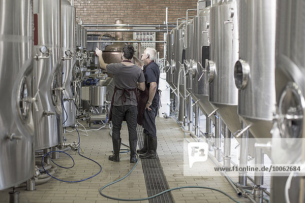 Brauereien in der Brauerei neben Edelstahltanks