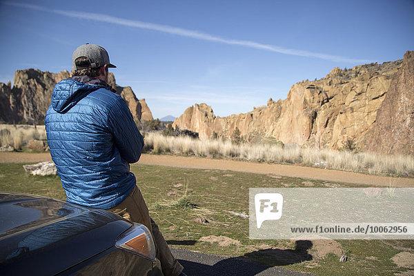 Mann genießt Landschaft  Smith Rock State Park  Oregon