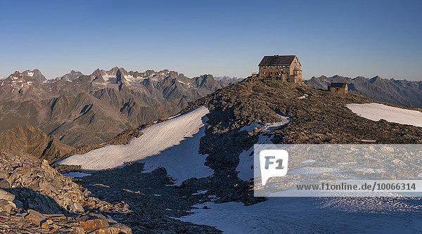 Hochstubaihütte  Berghütte bei Sonnenaufgang  Sölden  Ötztal  Tirol  Österreich  Europa