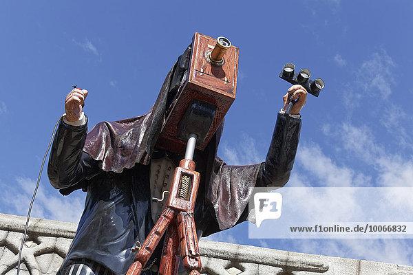 Mann fotografiert mit einer Plattenkamera vom Stativ  Figur im Wiener Prater  Wurstelprater  Wien  Österreich  Europa