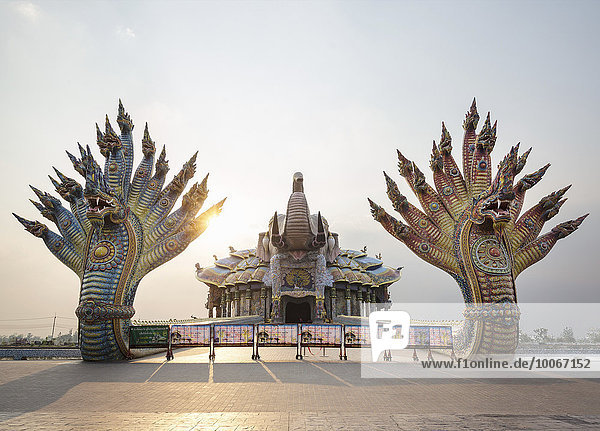 Brücke der zwei Naga-Könige zum Elefanten-Tempel Thep Wittayakhom Vihara  Wittayakom  Wat Baan Rai  Korat  Nakhon Ratchasima Provinz  Isaan  Isan  Thailand  Asien