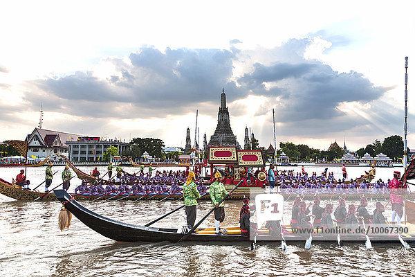 Königliche Barkenprozession  Schiffsprozession  Barkasse  Prozession auf dem Mae Nam Chao Phraya  Wat Arun  Tempel der Morgenröte  Bangkok  Thailand  Asien