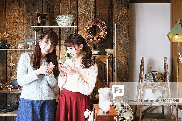 Frau Fröhlichkeit Glas Besuch Treffen trifft jung japanisch