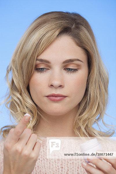 Nahaufnahme einer Frau mit Feuchtigkeitscreme