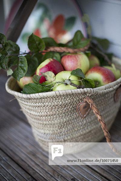 Äpfel im Weidensack auf dem Tisch