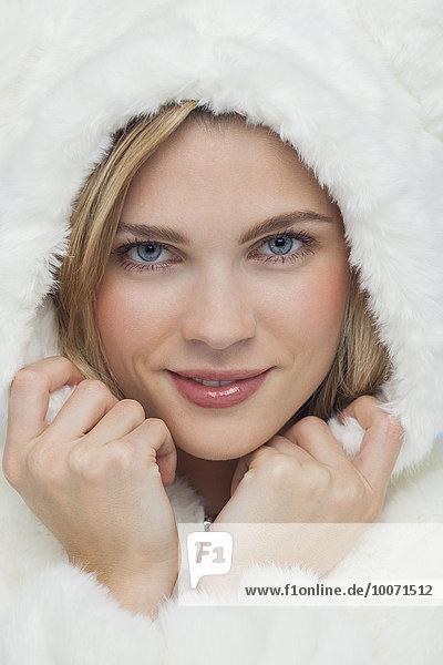 Porträt einer schönen Frau  die posiert