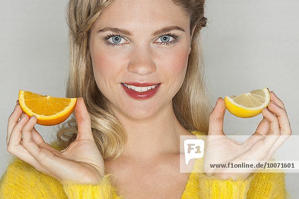 Portrait,Frau,Schönheit,lächeln,halten,Scheibe,orangefarben,orange,Blechkuchen