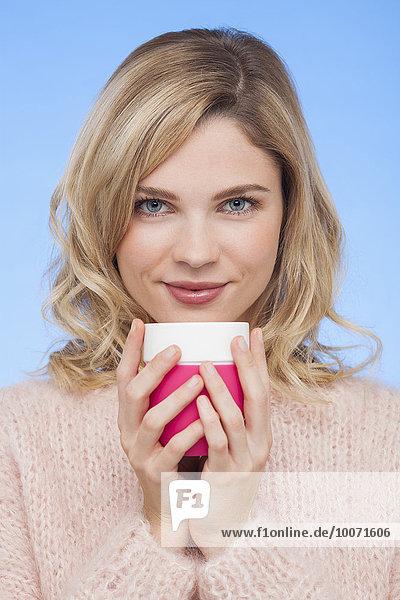 Porträt einer schönen Frau mit Kaffeetasse