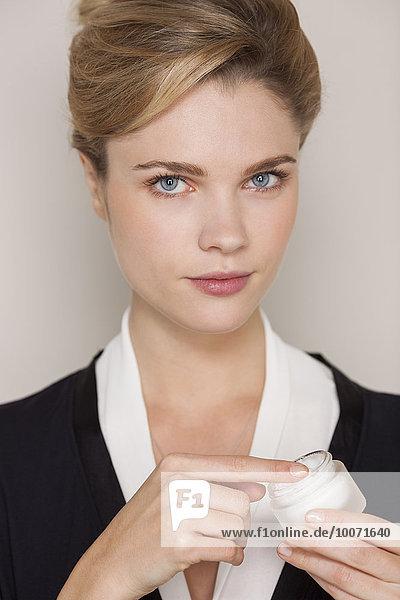 Porträt einer schönen Frau mit Feuchtigkeitscreme