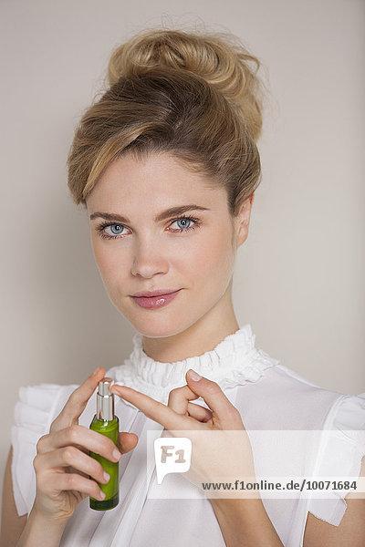 Schöne Frau mit Feuchtigkeitscreme
