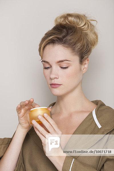 Nahaufnahme einer schönen Frau mit Feuchtigkeitscreme
