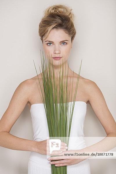 Schöne Frau mit Weizengras