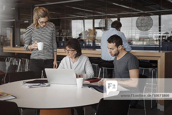 Geschäftsleute im Bürocafé