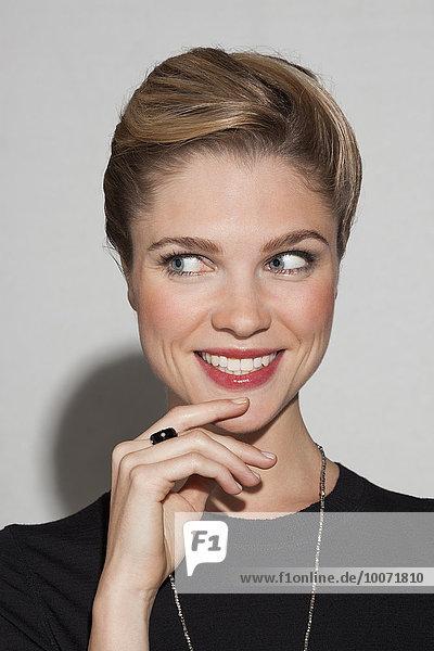 Schöne Frau lächelt
