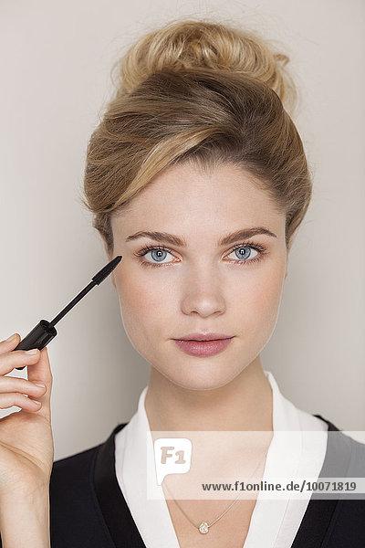 Porträt einer schönen Frau mit Wimperntusche